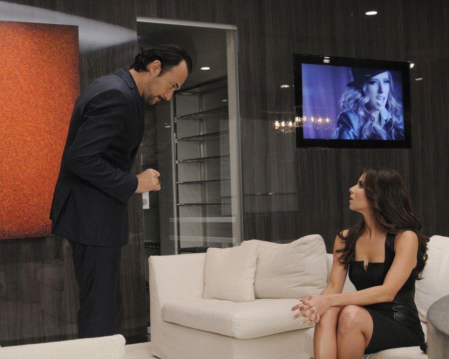 Carmen (Roselyn Sanchez, r.) hat ihr erstes Meeting mit dem Musikproduzenten Benny Soto (Carlos Leal, l.). Doch ihr Erfolg hat einen hohen Preis ... - Bildquelle: ABC Studios