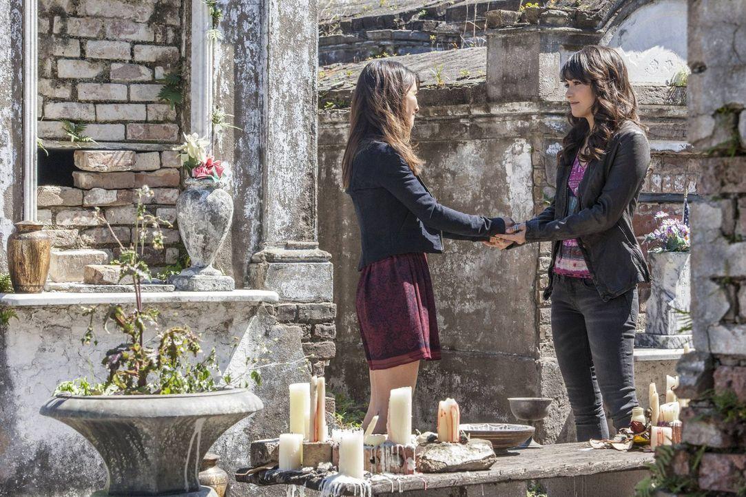 Hätte Elena (Nina Dobrev, r.) sich nur nicht auf die beiden Vampirbrüder Stefan und Damon eingelassen. Jetzt ist sie im Zirkel der anderen Seite ang... - Bildquelle: Warner Brothers