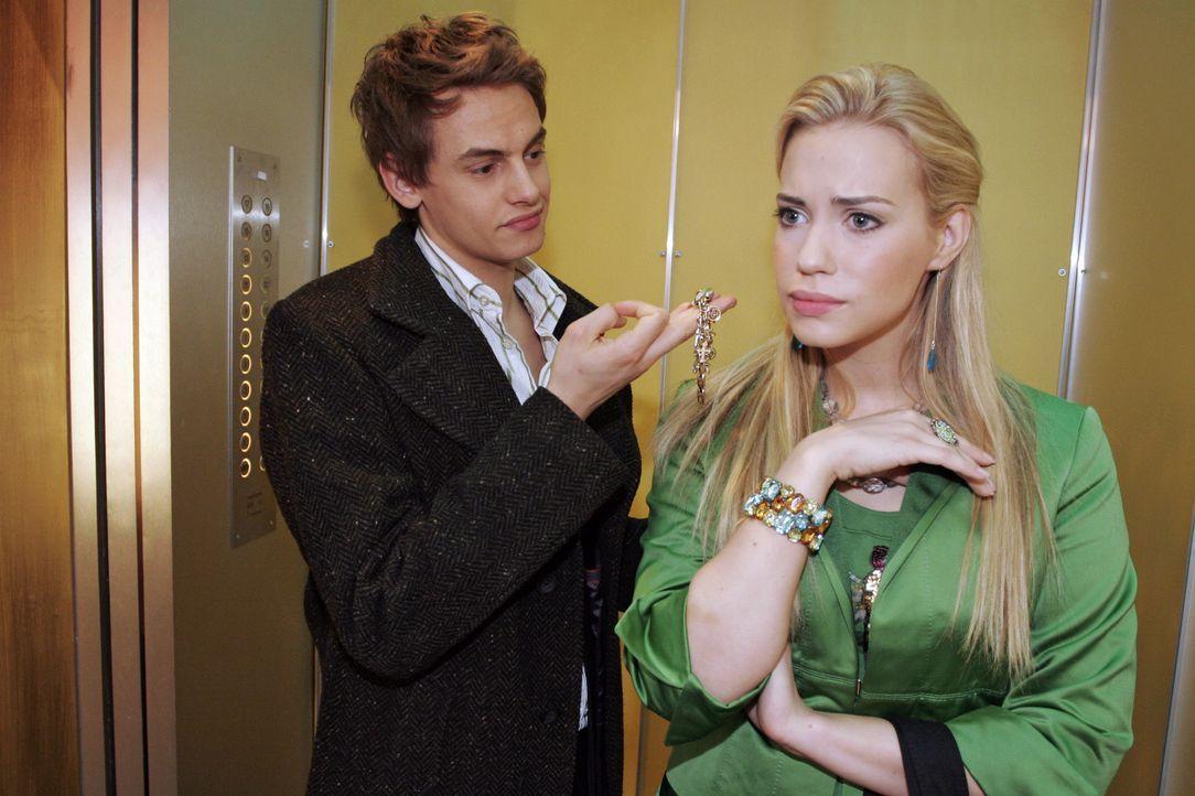 Alexander (Shai Hoffmann, l.) beschließt, Kim (Lara-Isabelle Rentinck, r.) zu zeigen, was in ihm steckt. - Bildquelle: Noreen Flynn SAT.1 / Noreen Flynn