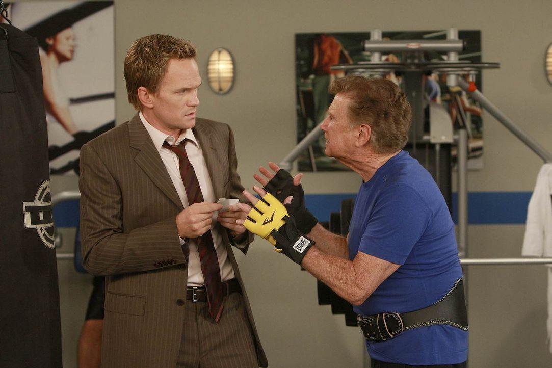 Barney (Neil Patrick Harris, l.) erhofft sich von Regis Philbin (Regis Philbin, r.) Hilfe. Denn sie sind auf der Suche nach dem legendären Burger in... - Bildquelle: 20th Century Fox International Television
