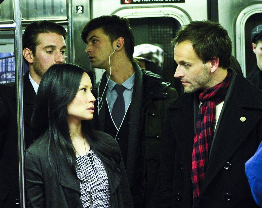 Der Meisterdetektiv Sherlock Holmes (Jonny Lee Miller, r.) hatte New York eigentlich nur für einen Aufenthalt in einer Entzugsklinik besucht, hat si... - Bildquelle: CBS Television
