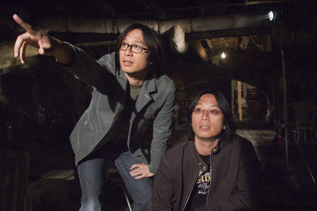 """Oxide Pang Chun and Danny Pang bei den Dreharbeiten zu """"The Messengers"""" ... - Bildquelle: 2005 GHP-3 SCARECROW, LLC."""