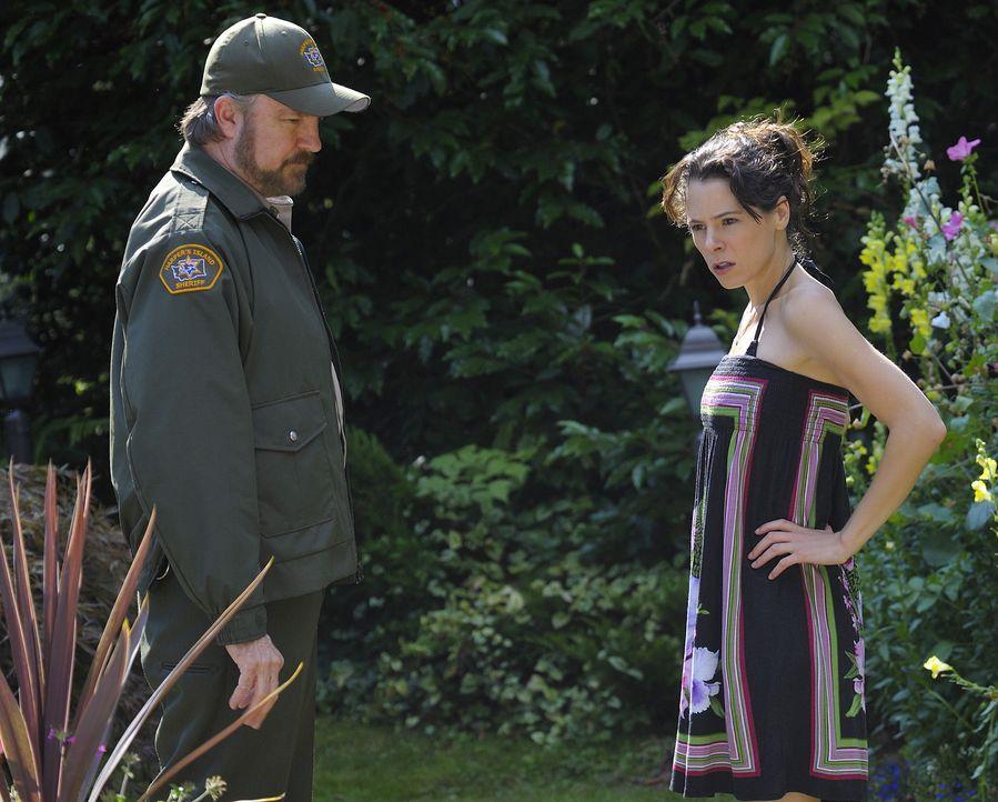 Abby (Elaine Cassidy, r.) erfährt von ihrem Vater, dem Sheriff (Jim Beaver, l.), dass Kelly tot aufgefunden wurde. Alles deutet auf Selbstmord hin... - Bildquelle: 2009 CBS Studios Inc. All Rights Reserved.
