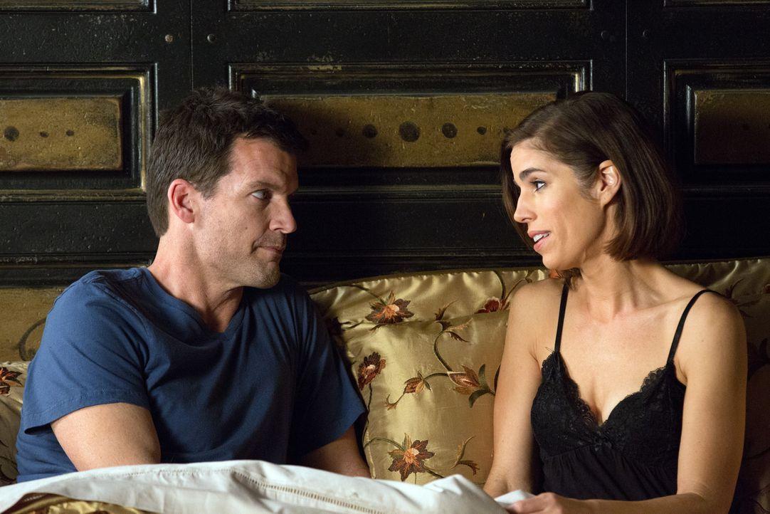 Marisol (Ana Ortiz, r.) stürzt sich in eine Romanze mit dem charmanten Nicholas Deering (Mark Deklin, l.). Ob das wohl gutgeht? - Bildquelle: 2014 ABC Studios