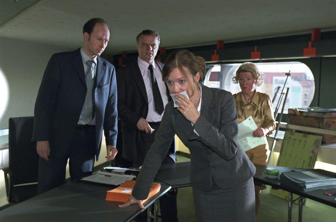 Während des Entlassungsgespräches mit ihrer Vorgesetzten Frau Schulte-Westenberg (Karla Trippel, r.) hat Nina (Stefanie Stappenbeck, vorne) einen... - Bildquelle: Sat.1