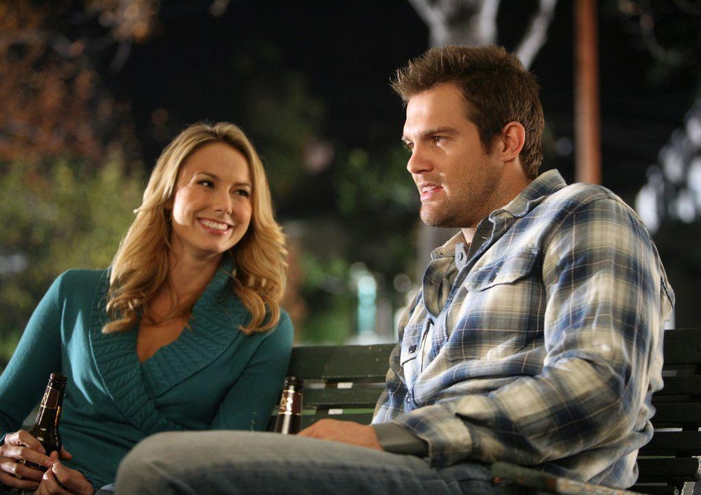Wird Eddie (Geoff Stults, r.) seine jetzige Freundin Janet mit seiner Ex-Verlobten Rory (Stacy Keibler, l.) betrügen? - Bildquelle: ABC Studios