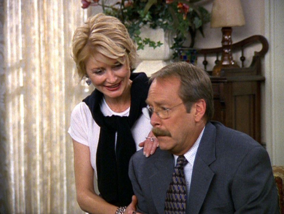 Zelda (Beth Broderick, l.) versucht durch einen Zaubertrick herauszufinden, was Willard (Martin Mull, r.) bedrückt. - Bildquelle: Paramount Pictures