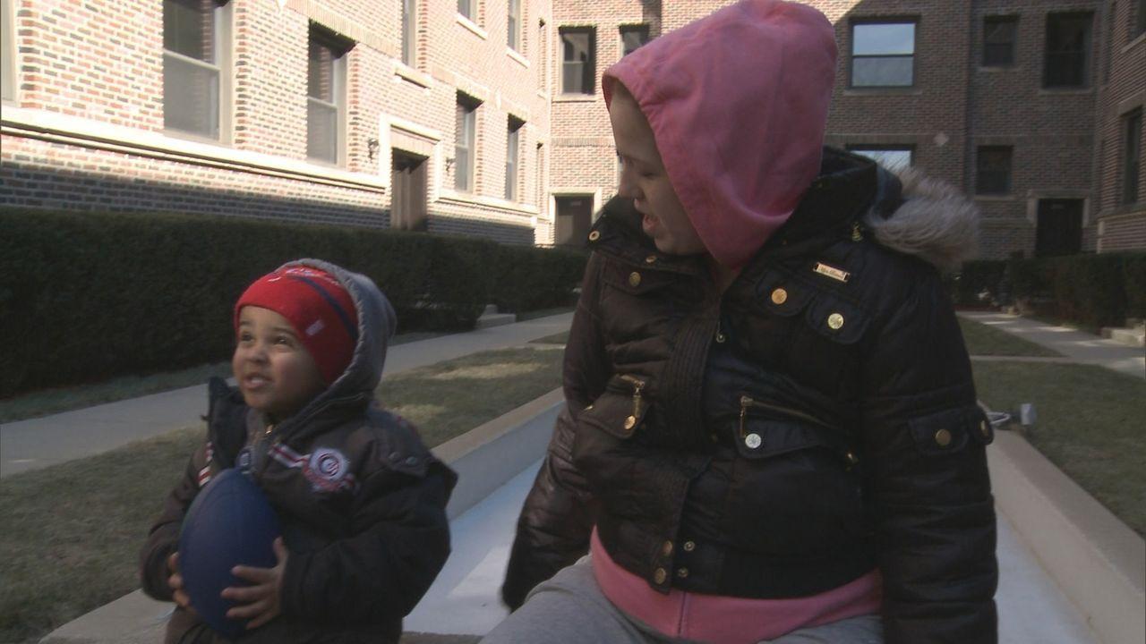 Jennie (r.) will ihr Baby zur Adoption freigeben, doch ihr Freund Teddy ist vollkommen dagegen. Wie wird sich die junge Mutter entscheiden? - Bildquelle: Universal Pictures
