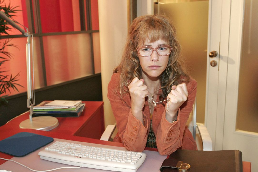 Lisa (Alexandra Neldel) sitzt melancholisch an ihrem ehemaligen Arbeitsplatz. (Dieses Foto von Alexandra Neldel darf nur in Zusammenhang mit der Ber... - Bildquelle: Noreen Flynn SAT.1 / Noreen Flynn