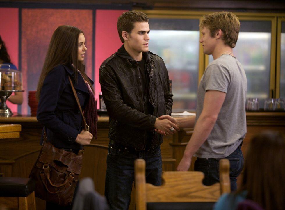 Matt (Zach Roerig, r.), der Ex-Freund von Elena (Nina Dobrev, l.), macht sich immer noch Hoffnung, dass ihre Beziehung noch eine Chance hat. Als er... - Bildquelle: Warner Brothers