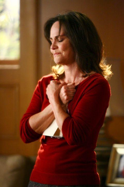 Überglücklich hält Nora (Sally Field) einen Brief von ihrem verstorbenen Mann in den Händen ... - Bildquelle: Disney - ABC International Television