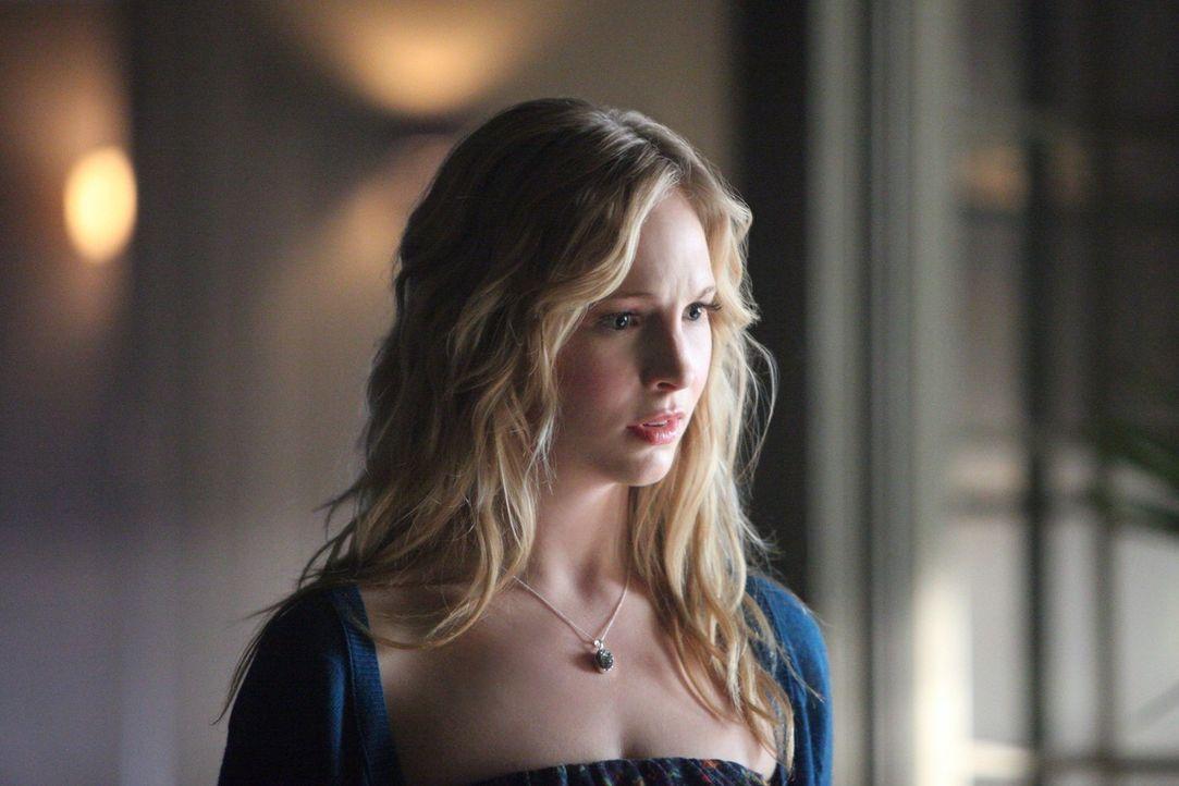 Caroline (Candice Accola) ist entsetzt, als sie den schwer verletzten Klaus vorfindet. Ob sie ihm allerdings helfen wird, bleibt fraglich ... - Bildquelle: Warner Brothers