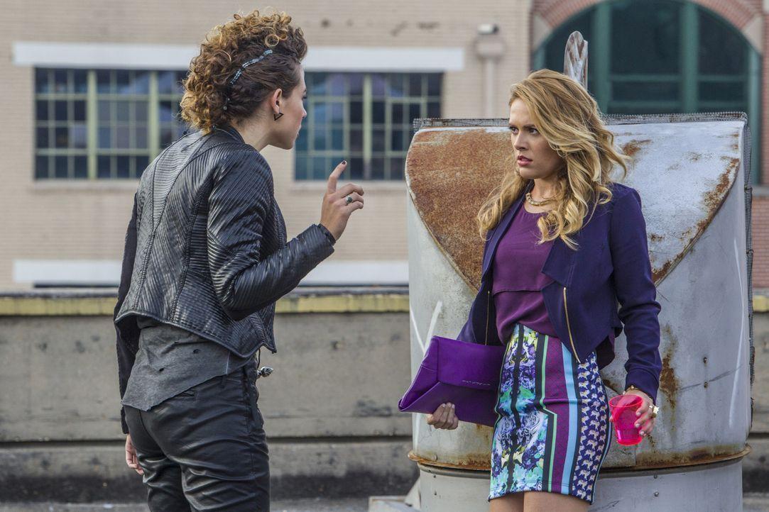 Noch ahnt Taylor (Natalie Hall, r.) nicht, dass Zoes (Dora Madison, l.) Rückkehr kein freundliches Wiedersehen wird ... - Bildquelle: 2014 The CW Network, LLC. All rights reserved.