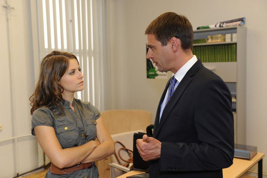 Stefan (Ulrich Drewes, r.) hat Ben und Bea (Vanessa Jung, l.) beim Knutschen in der Villa erwischt. Wird er Bea bei Helena anschwärzen? - Bildquelle: SAT.1