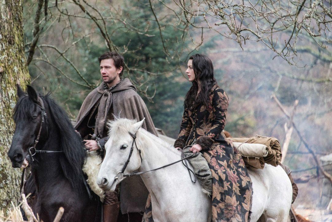 Nicht nur Sebastian (Torrance Coombs, l.) und Mary (Adelaide Kane, r.) finden sich in Schottland in einer gefährlichen Situation wieder, sondern auc... - Bildquelle: Bernard Walsh 2016 The CW Network, LLC. All rights reserved.