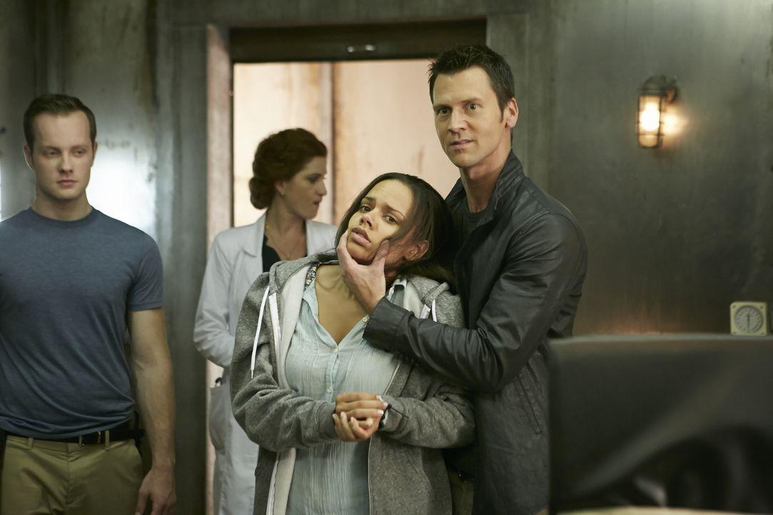 Wird Aleister (Sean Rogerson, r.) Rachel (Genelle Williams, 2.v.r.) wirklich umbringen, nur um an Elenas Blut zu kommen? - Bildquelle: 2015 She-Wolf Season 2 Productions Inc.