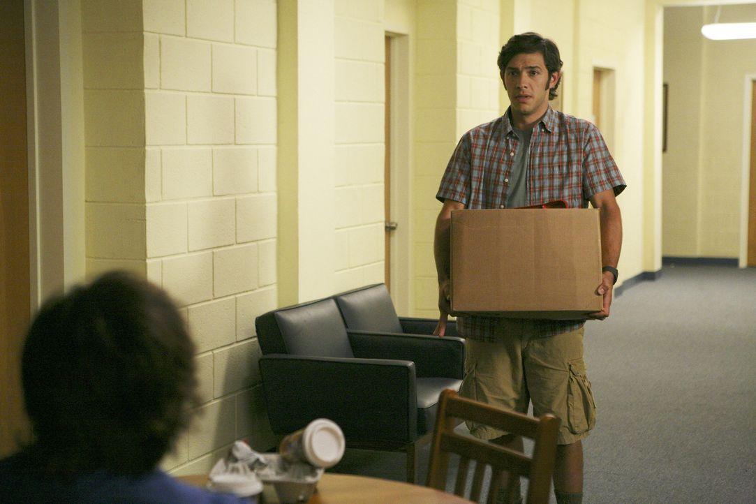 """Rusty versucht sich bei der alljährlichen """"Senior Festungen"""" an der Tür von Max Tyler (Michael Rady) ... - Bildquelle: 2008 ABC Family"""