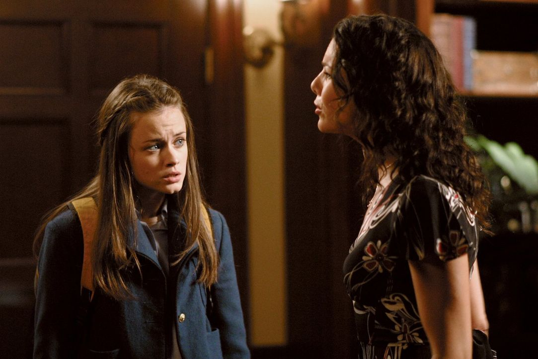 Rory (Alexis Bledel, l.) bekommt Angst, als ihre Bewerbungsunterlagen für Harvard eintreffen und sie glaubt, die Aufnahmebedingungen nicht erfüllen... - Bildquelle: 2002 Warner Bros.