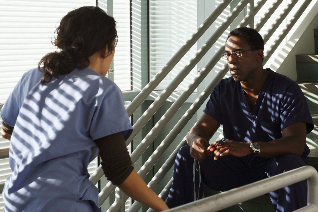 Während Burke (Isaiah Washington, r.) ein verlockendes Angebot von Webber erhält, stößt Cristina (Sandra Oh, l.) an die Grenzen ihres Gewissens ...... - Bildquelle: Touchstone Television