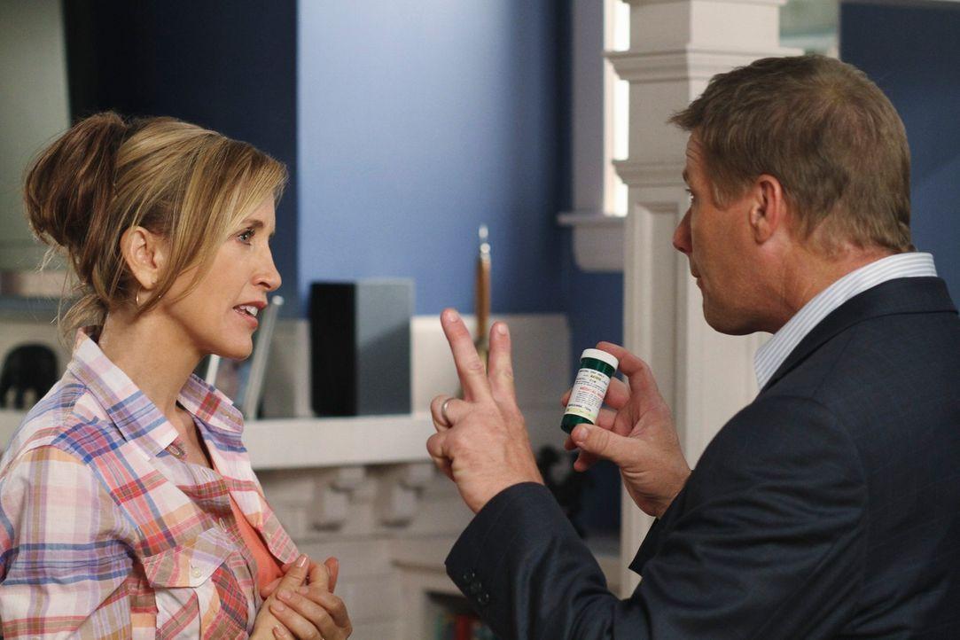 Während Lynette (Felicity Huffman, l.) fassungslos hört, mit welchen Mitteln Toms (Doug Savant, r.) Arzt dessen Depressionen bekämpfen will, legt si... - Bildquelle: ABC Studios