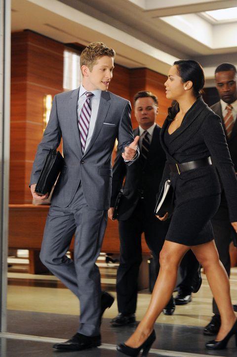 Cary (Matt Czuchry, l.) und Dana (Monica Raymund, r.) verstehen sich auch privat sehr gut. Werden sie sich näher kommen? - Bildquelle: 2011 CBS Broadcasting Inc. All Rights Reserved.