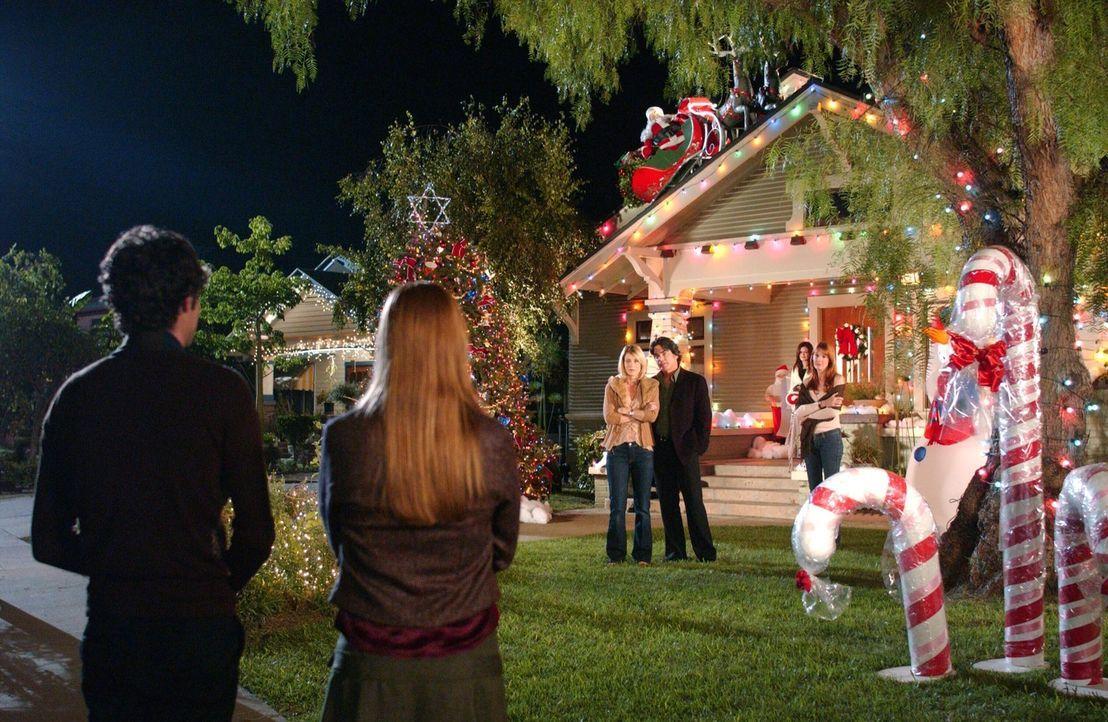 Seth (Adam Brody, l.) hat es geschafft, Lindsay (Shannon Lucio, 2.v.l.) nach Hause zu holen, wo schon alle auf sie warten ... - Bildquelle: Warner Bros. Television