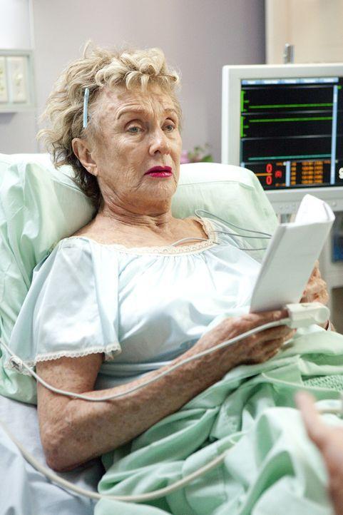 Die unausstehliche Patientin Mrs. Lachman (Cloris Leachman, l.) macht den Pflegern und Schwestern das Leben schwer ... - Bildquelle: Sony 2009 CPT Holdings, Inc. All Rights Reserved