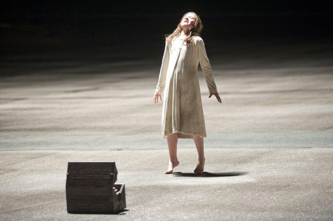 Als die kleine Em (Natasha Calis) sich während eines Flohmarkbummels in ein antikes Holzkästchen verliebt, ahnt sie nicht, dass darin das Böse haust... - Bildquelle: Diyah Pera Box Productions, LLC 2011