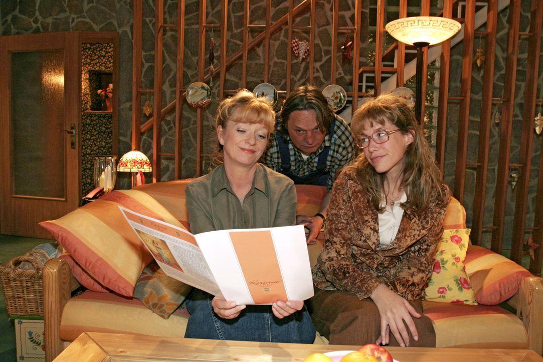 Lisa (Alexandra Neldel, r.) ist glücklich, dass sie von Mariella vor allen Mitarbeitern in der Firma gelobt wurde. Helga (Ulrike Mai, l.) und Bernd... - Bildquelle: Noreen Flynn SAT.1 / Noreen Flynn