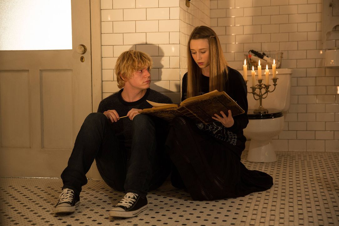 Für Zoe (Taissa Farmiga, r.) und Kyle (Evan Peters, l.) ändert sich plötzlich alles ... - Bildquelle: 2013-2014 Fox and its related entities. All rights reserved.