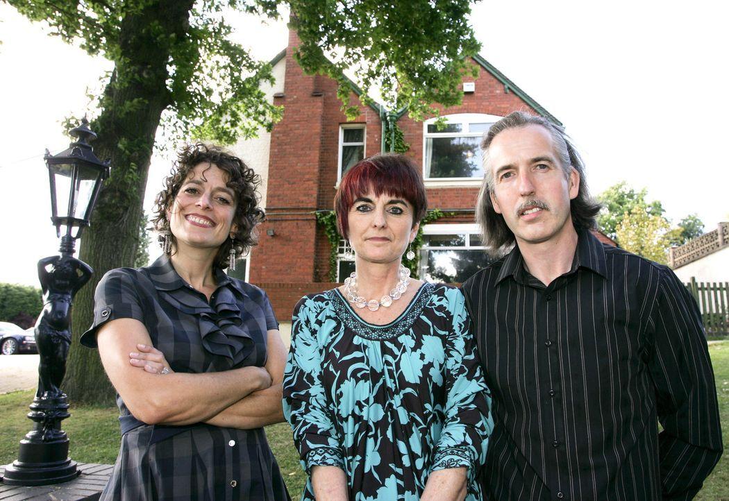"""Gill Etheridge (M.) und ihr Partner Steve Cuddy (r.) führen das """"Grimscote Manor"""". Der Misserfolg des Hotels belastet inzwischen die Beziehung der... - Bildquelle: NTI Media/Newsteam"""
