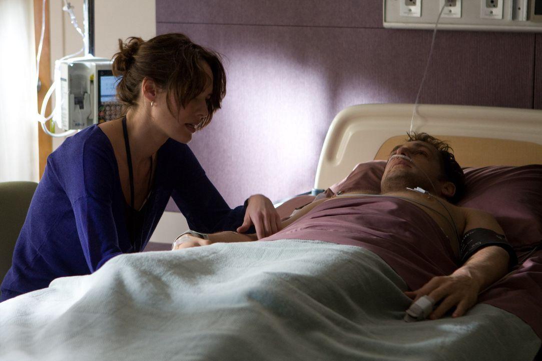 Kinderärztin Elizabeth Clemson (Lena Headey, l.), dass Terry (Josh Lucas, r.) mit dem Spenderherzen ein neues und langes Leben führen kann. Doch b...