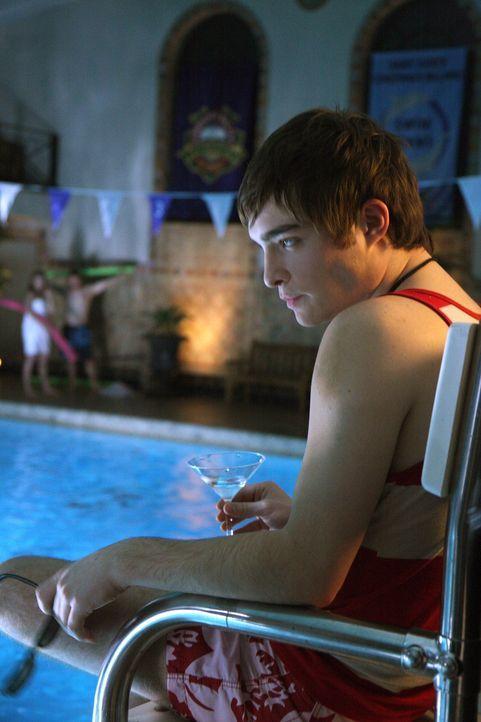 Völlig betrunken verfolgt Chuck (Ed Westwick) die wilde Party vom Stuhl des Bademeisters aus. Bis ein Unglück passiert ... - Bildquelle: Warner Brothers