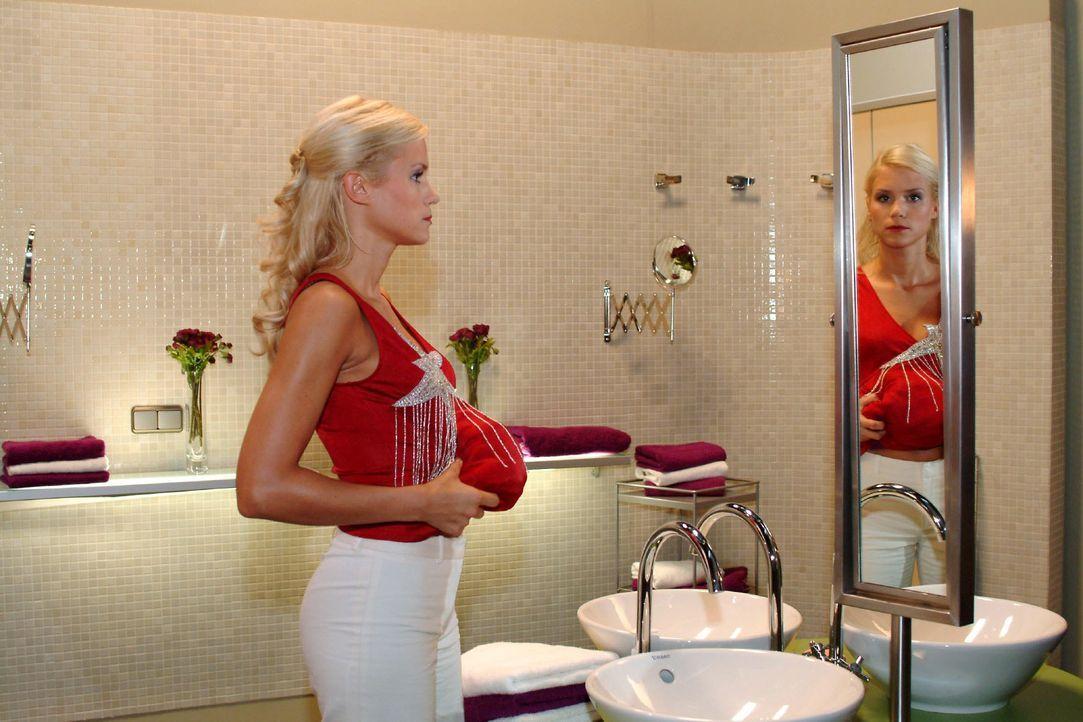 Sabrina (Nina-Friederike Gnädig) versucht ihre Scheinschwangerschaft perfekt aussehen zu lassen. - Bildquelle: Monika Schürle SAT.1 / Monika Schürle