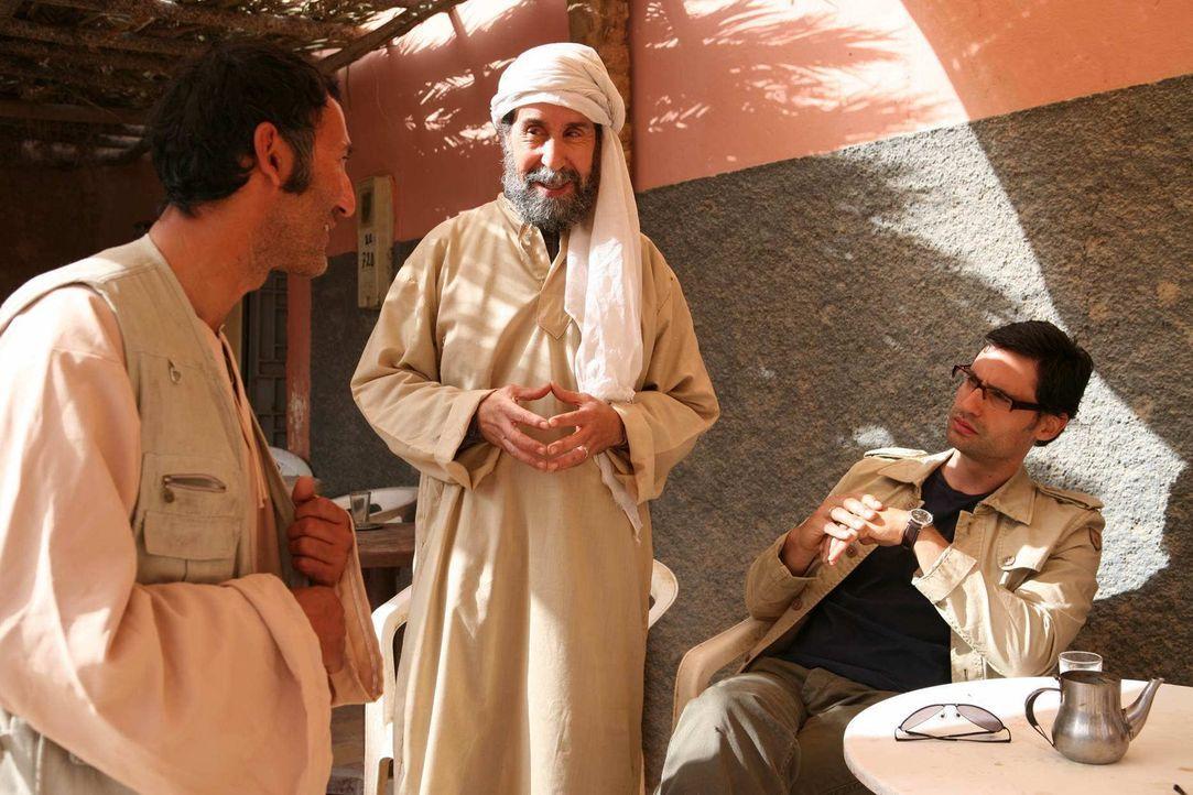 Noch ahnen Zaid (René Ifrah, 2.v.r.) und Murat (David-Ali Hamade, l.) nicht, dass sie seit Jahren von Tarif (Ercan Durmaz, l.) observiert werden. D... - Bildquelle: Sife Elamine und Claudia Rump SAT.1