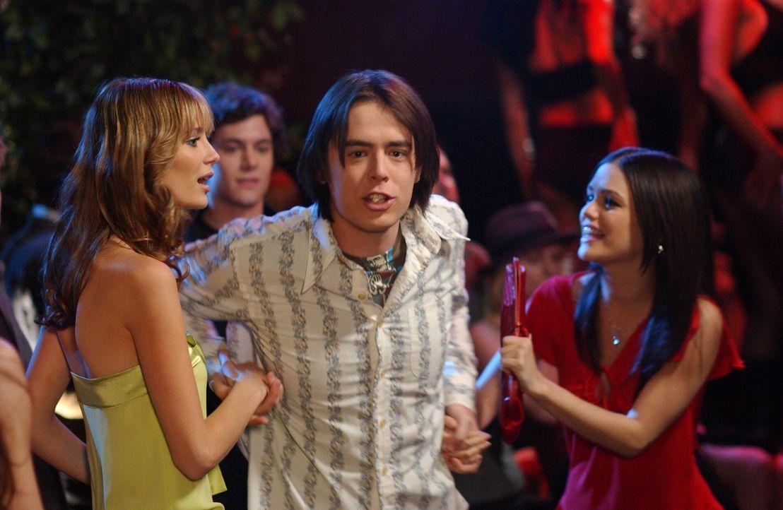 Zufällig treffen Marissa (Mischa Barton, l.) und Summer (Rachel Bilson, r.) am Strand den Serienstar Grady (Colin Hanks, M.), der die beiden zu sei... - Bildquelle: Warner Bros. Television