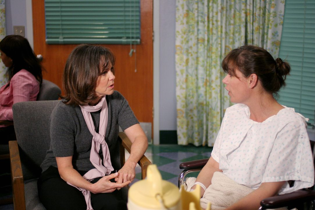 Maggie (Sally Field, l.) versucht ihre Tochter Abby (Maura Tierney, r.) so gut wie möglich zu unterstützen ... - Bildquelle: Warner Bros. Television