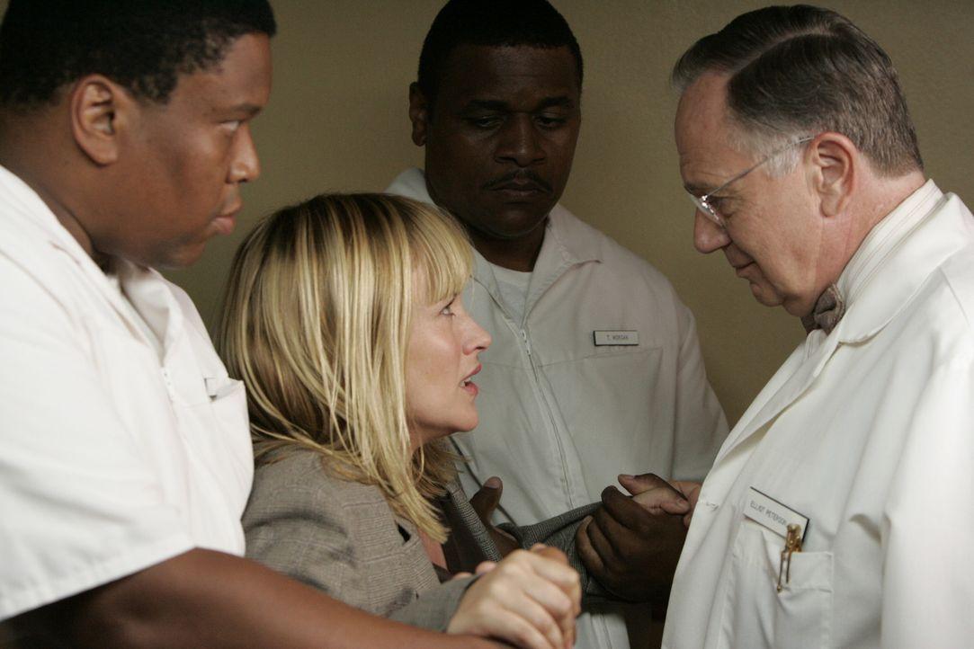 In ihrem Traum landet Allison Dubois (Patricia Arquette, 2.v.l.) in einer psychiatrischen Anstalt … - Bildquelle: Paramount Network Television