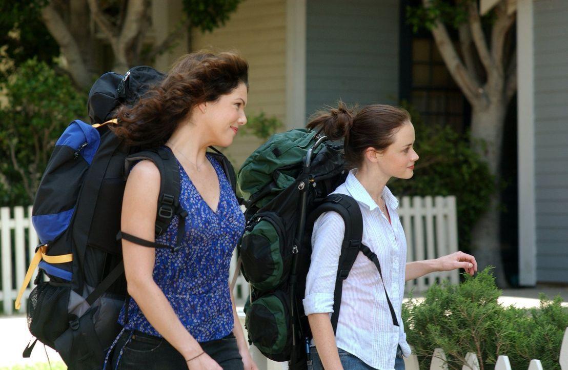 Lorelai (Lauren Graham, l.) und Rory (Alexis Bledel, r.) kehren nach ihrer Europareise zurück nach Stars Hollow und gleich warten einige Überraschun... - Bildquelle: 2003 Warner Bros.