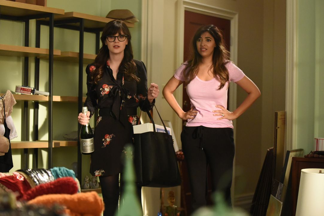 Jess (Zooey Deschanel, l.) ist geschockt, als sie erkennt, wie Cece (Hannah Simone, r.) versucht, all ihre Sachen für einen offiziellen Umzug ins Lo... - Bildquelle: 2016 Fox and its related entities. All rights reserved.