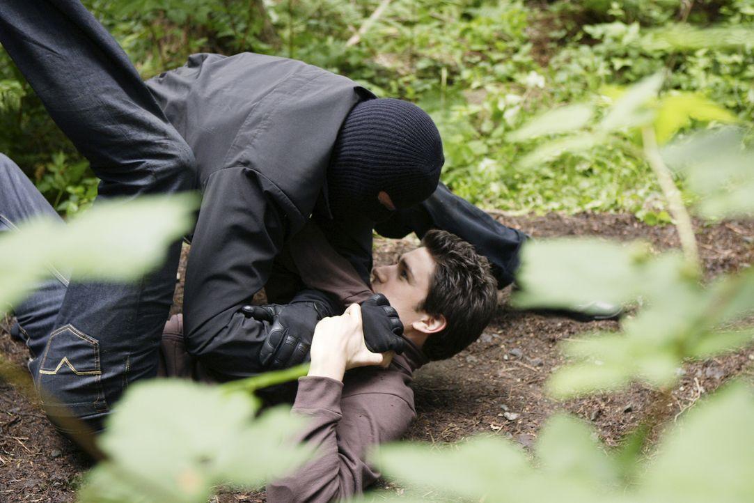 Was will der maskierte Mann (Nicholas Lea, l.) von Klye (Matt Dallas, r.) ? - Bildquelle: TOUCHSTONE TELEVISION