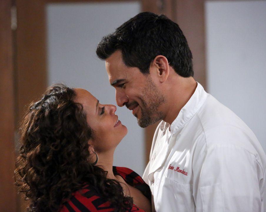 Die Beziehungen in der High-Society in LA stehen unter keinem guten Stern. Wird es bei Javier (Ivan Hernandez, r.) und Zoila (Judy Reyes, l.) anders... - Bildquelle: 2014 ABC Studios