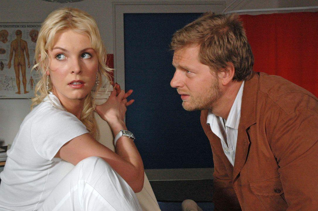 Jakob (Henning Baum, r.) hat nur Augen für Katharinas hübsche Freundin Marie (Yvonne Schönherr, l.) ... - Bildquelle: Sat.1