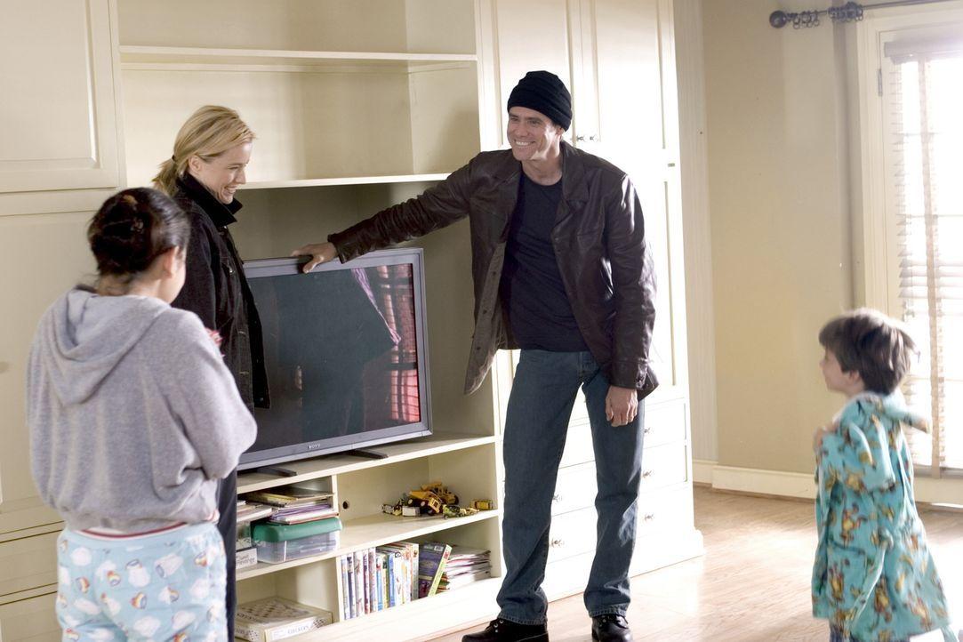 Dick (Jim Carrey, 2.v.r.) präsentiert seiner Familie die neueste Anschaffung: den ultimativen HD-TV-Flachbildfernseher ... - Bildquelle: Sony Pictures Television International. All Rights Reserved.