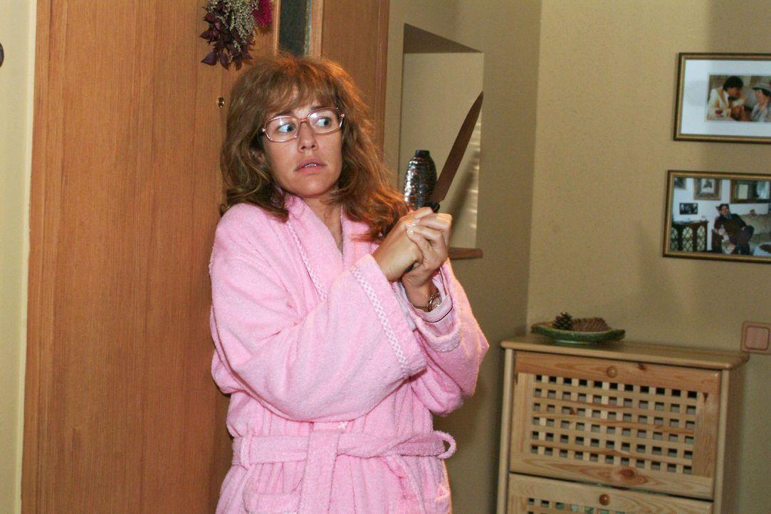 Lisa (Alexandra Neldel) reagiert panisch, als es an der Tür klingelt. (Dieses Foto von Alexandra Neldel darf nur in Zusammenhang mit der Berichters... - Bildquelle: Monika Schürle Sat.1