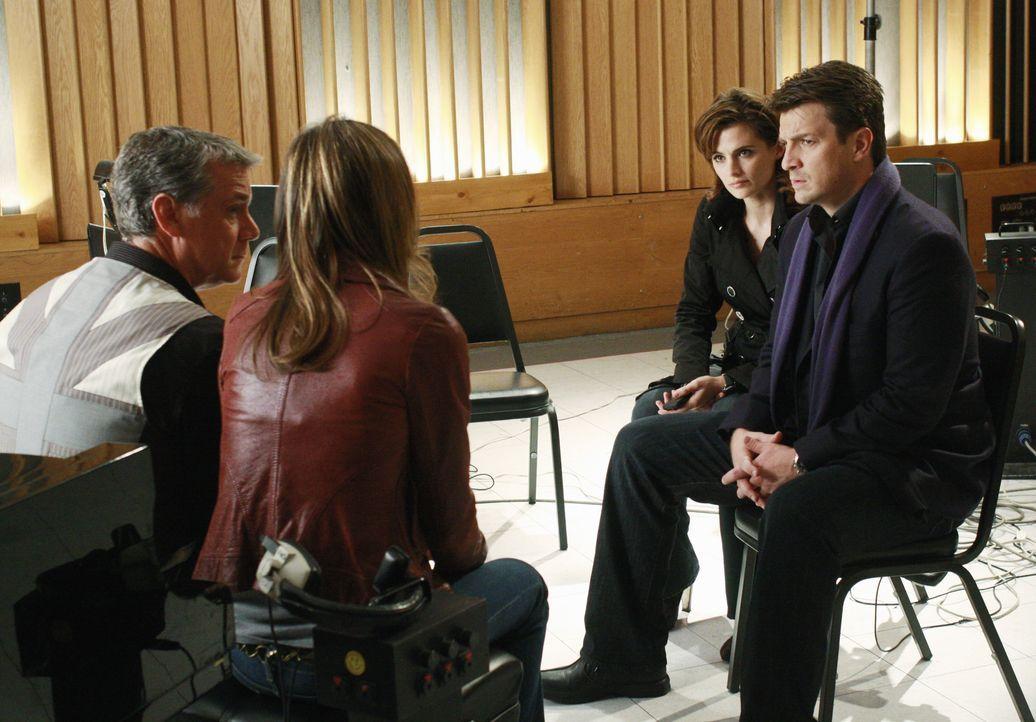 Richard Castle (Nathan Fillion, r.) und Kate Beckett (Stana Katic, 2.v.r.) unterhalten sich mit den beiden Plattenproduzenten Ian (Robert Curtis Bro... - Bildquelle: ABC Studios