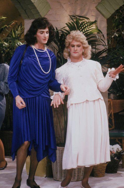 Auf einem Treffen der studentischen Bruder- und Schwesternschaft wollen sich Danny (Bob Saget, l.) und Joey (Dave Coulier, r.) endlich für einen Die... - Bildquelle: Warner Brothers Inc.