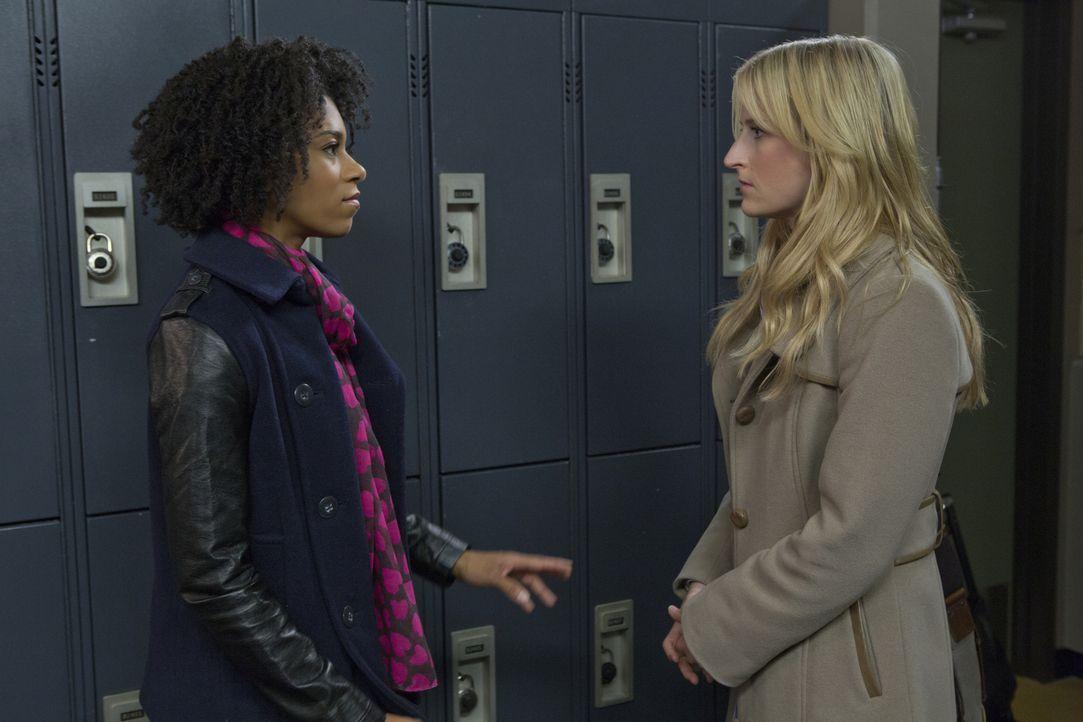 Als Emily (Mamie Gummer, l.) Tyra (Kelly McCreary, r.) von ihrem Vorhaben, Will einem Experiment zu unterziehen, erzählt, weiß sie nicht so recht, w... - Bildquelle: 2012 The CW Network, LLC. All rights reserved.