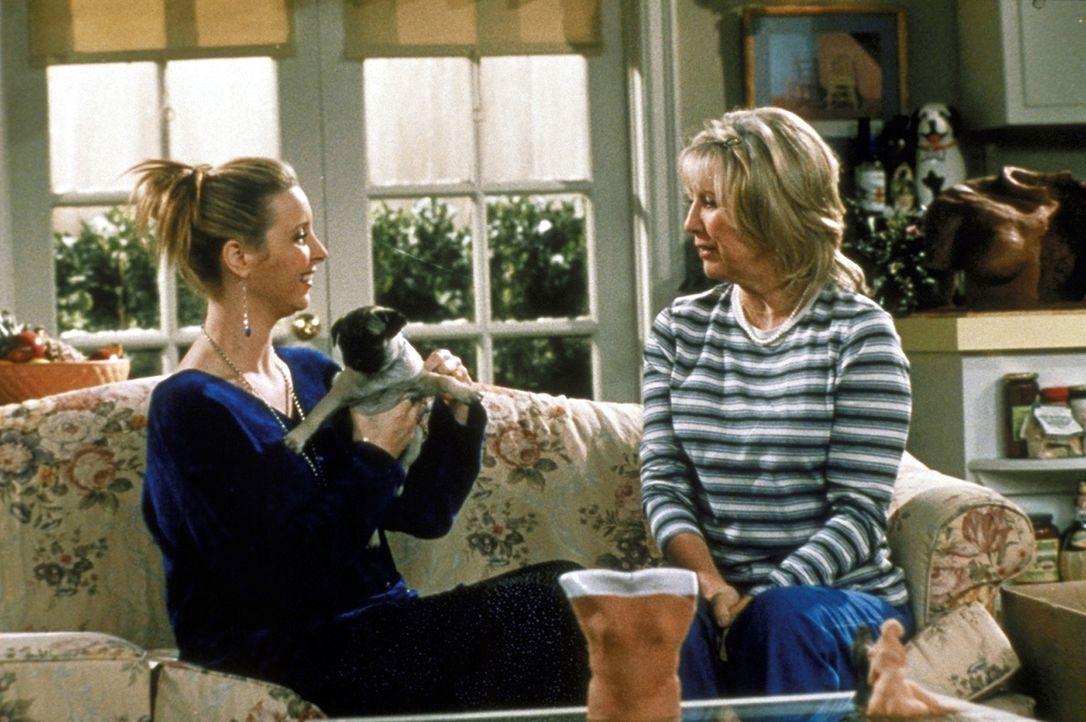 Als Phoebe (Lisa Kudrow, l.) ihre Mutter (Teri Garr, r.) um Rat fragt, ob sie für ein junges Paar die Leihmutter sein soll, schenkt diese ihr einen... - Bildquelle: TM+  2000 WARNER BROS.