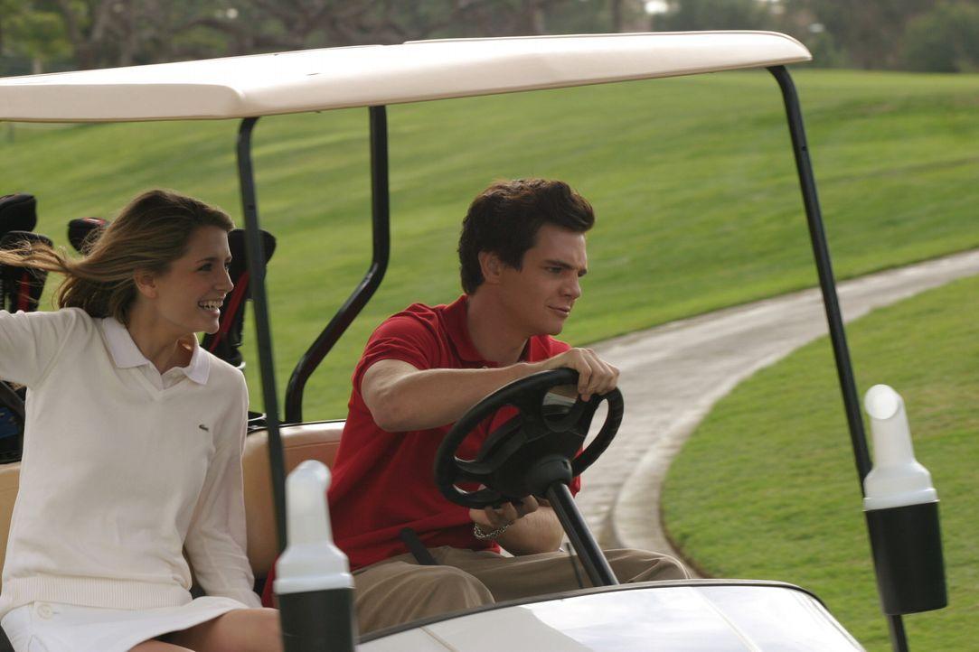Um sich bei Ryan zu bedanken, lädt Oliver (Taylor Handley, r.) diesen, Marissa (Mischa Barton, l.) und den Rest der Clique nach Palm Springs ein. D... - Bildquelle: Warner Bros. Television